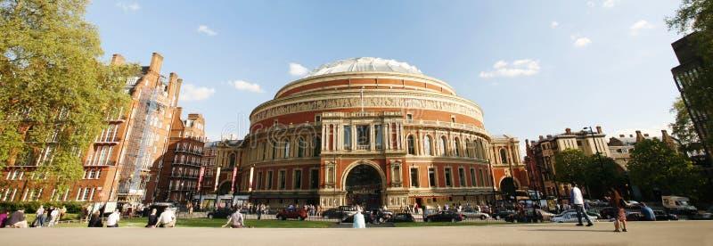 Utvändig sikt av kungliga Albert Hall på solig dag royaltyfri bild