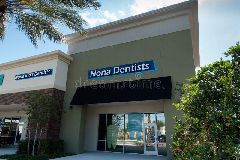 Utvändig sikt av Nona Dentists Tand- och muntlig medicin arkivbilder