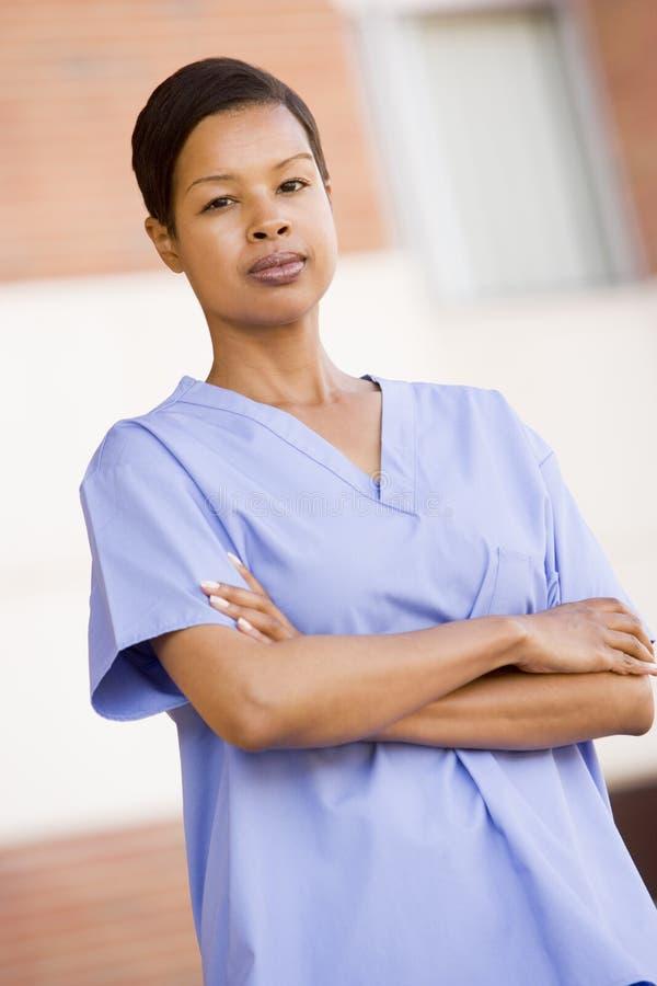 utvändig standing för sjukhussjuksköterska royaltyfria foton