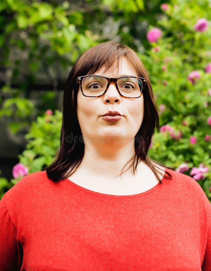 Utvändiga bärande exponeringsglas för nätt modern mogen fet kvinna, emotionellt posera lyckligt livsstilfolk fotografering för bildbyråer