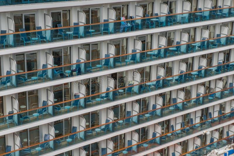 Utvändiga balkonier av ett modernt kryssningsfartyg royaltyfri foto