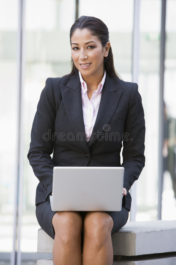 utvändigt använda för affärskvinnadatorbärbar dator arkivbilder