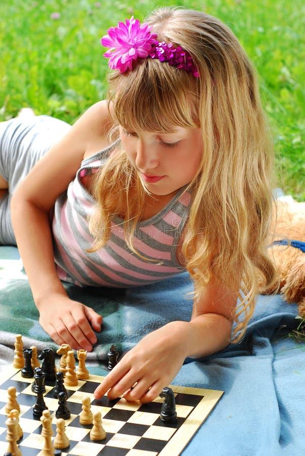 utvändigt leka barn för schackflicka arkivbilder