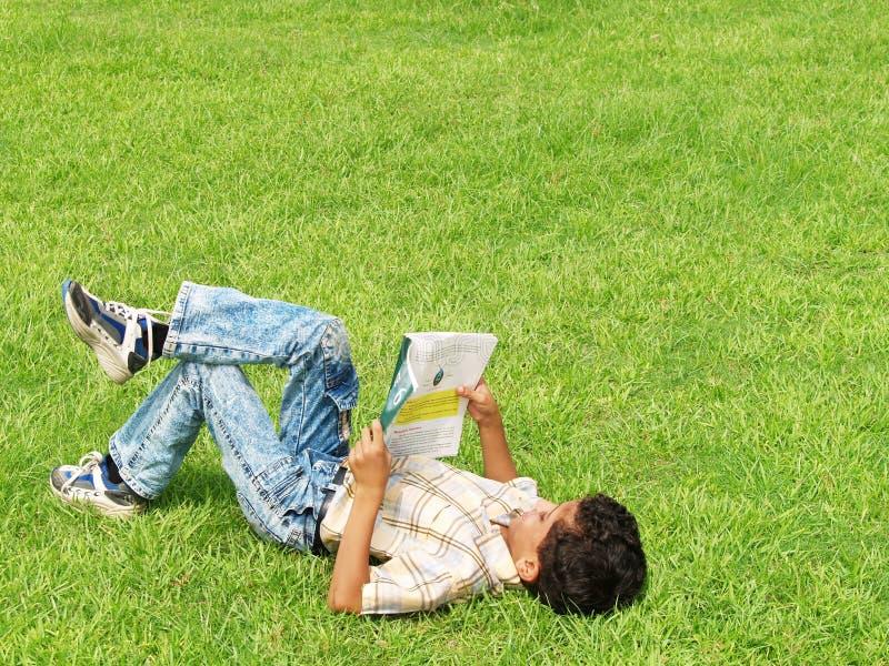 utvändigt studera för pojke royaltyfri foto
