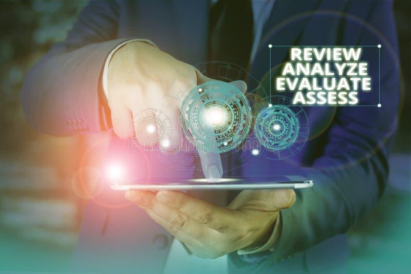 Utvärdera utvärderingar av handskriftstext Begrepp som innebär utvärdering av processen för feedback av prestanda royaltyfri bild