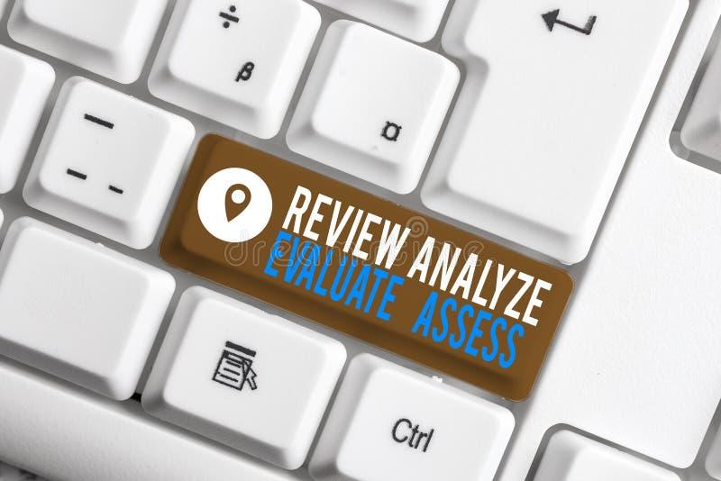 Utvärdera utvärderingar av Word-textgranskning Affärskoncept för utvärdering av processen för feedback av prestandaanalys arkivfoton