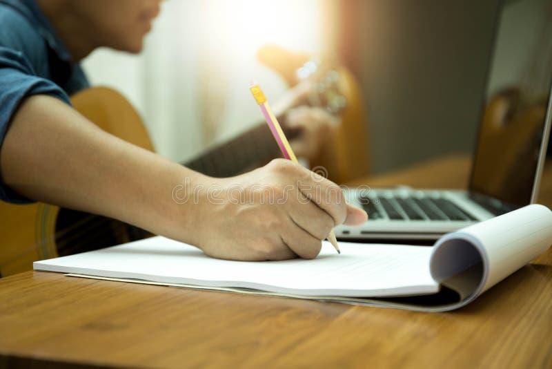 Utvald fokus på blyertspennalåtskrivaren som arbetar på ny sammansättning w royaltyfri fotografi