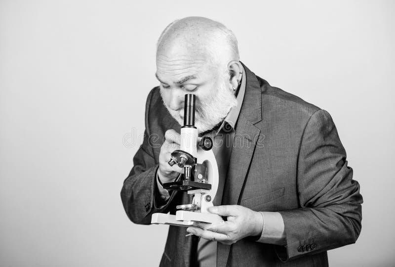 Utveckling av nya strategier universitetsprofessor på hög nivå kunskap och klokhet Biologisk utbildning vetenskap arkivfoton