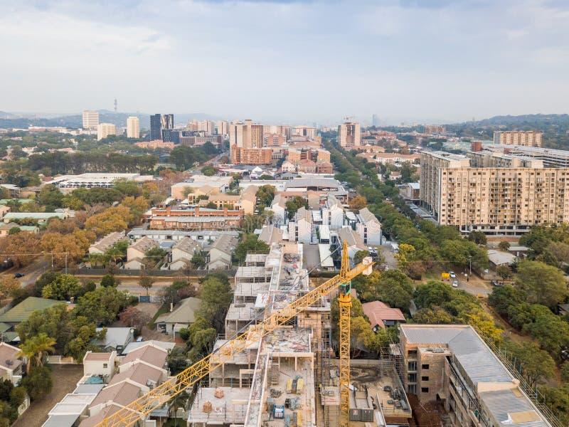 Utveckling av Pretoria med kran på byggplatsen i Sydafrika arkivfoto