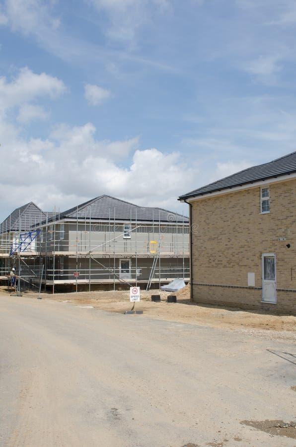 Utveckling för nytt hus med drev i förgrund royaltyfria bilder