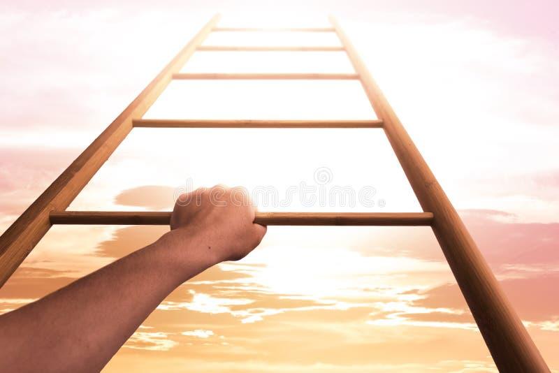 Utveckling och motivation Kvinna som upp flyttar stegen arkivbilder