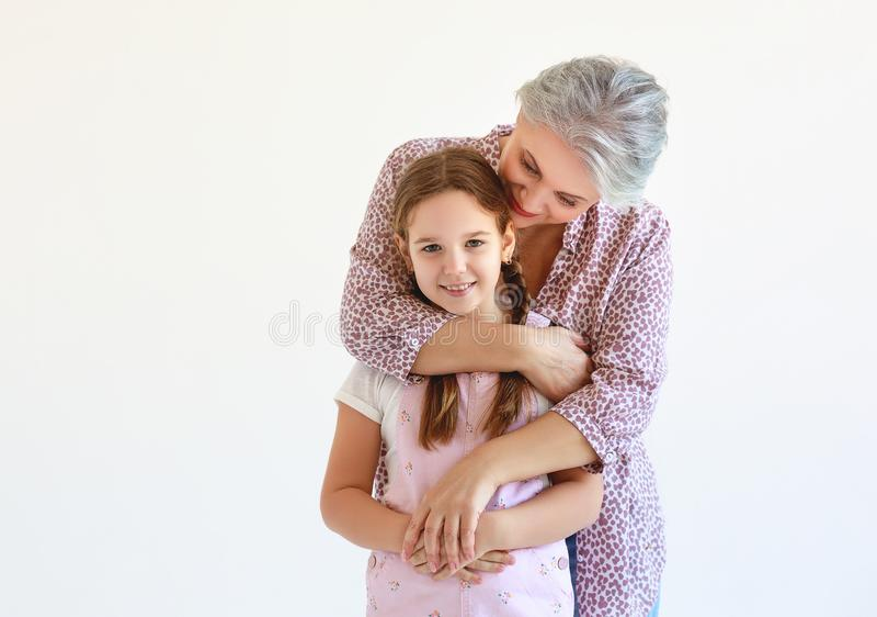 Utvecklingar farmor och sondotter för familj två på vit royaltyfria foton