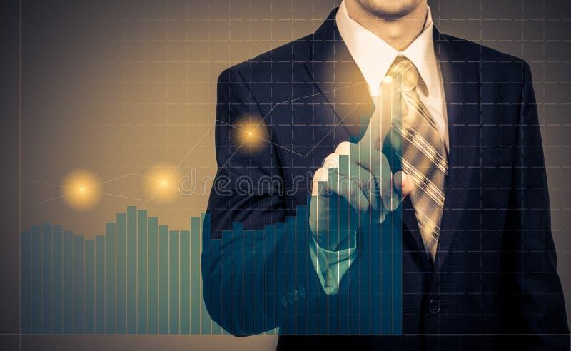 Utvecklings- och tillväxtbegrepp Affärsmanplantillväxt och förhöjning av positiva indikatorer i hans affär och finans royaltyfri bild