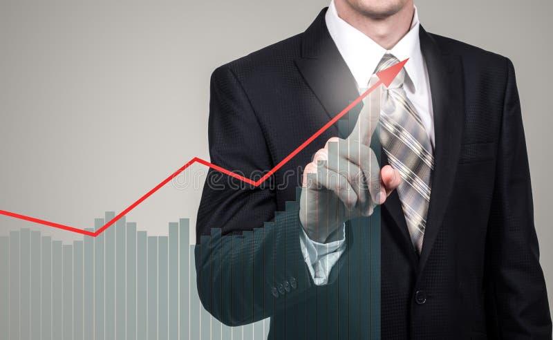 Utvecklings- och tillväxtbegrepp Affärsmanplantillväxt och förhöjning av positiva indikatorer i hans affär och finans arkivfoton