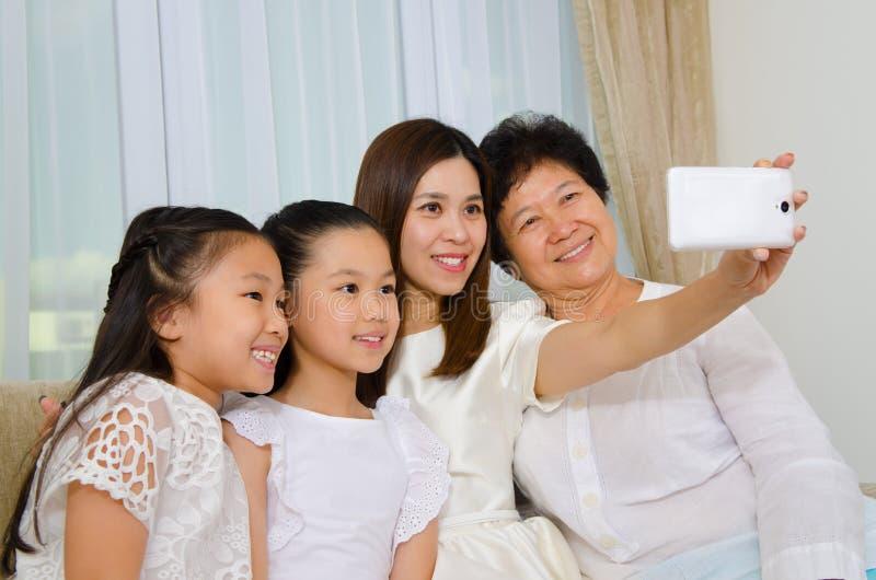 Utvecklingsfamilj för asiat tre arkivfoton