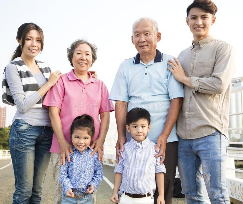 Utvecklingsfamilj som tillsammans utomhus står arkivbild