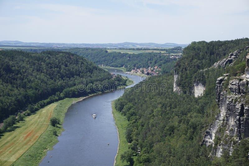 Utvidgad syn över Elbe-floden och klipporna från Sachsen Schweiz till Wehlen royaltyfria bilder