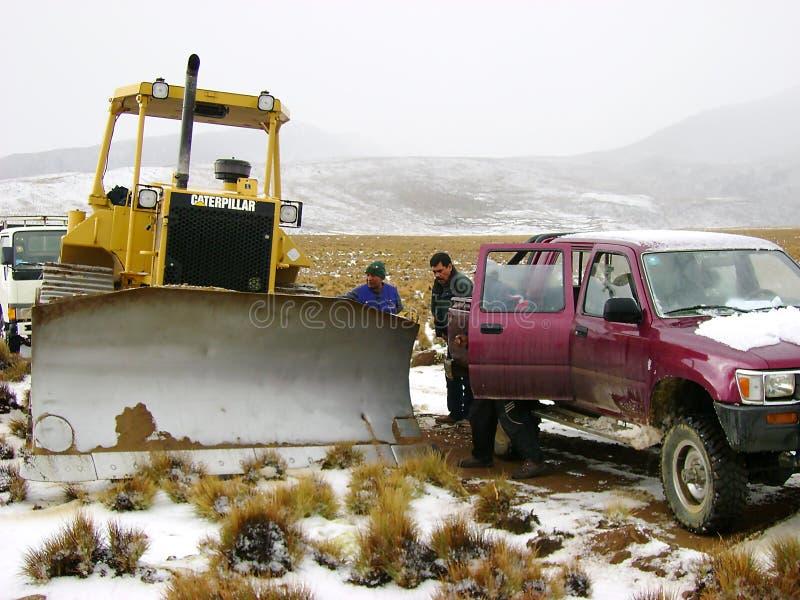 Utvidgning av en väg med tungt maskineri för vägkonstruktion fotografering för bildbyråer