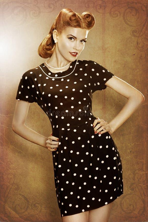 Utvikningsbilden som den retro flickan i klassiker danar polka, pricker att posera för klänning royaltyfria bilder