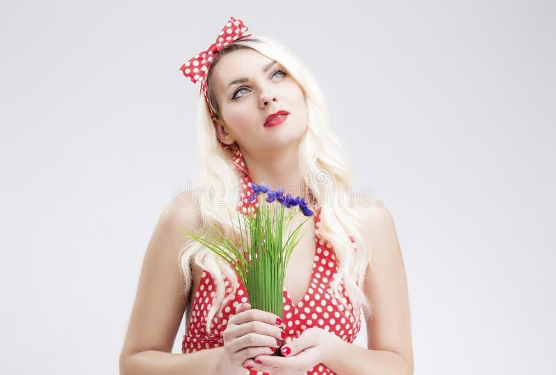 Utvikningsbrudbegrepp och idéer Sinnlig Caucasian blond kvinnlig i rött royaltyfria bilder