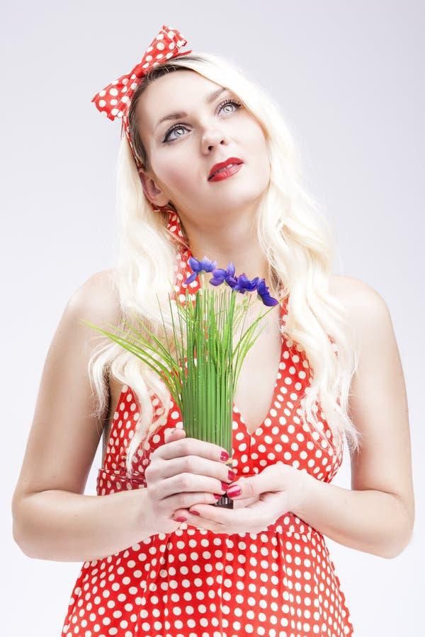 Utvikningsbrudbegrepp och idéer Sinnlig Caucasian blond kvinnlig i rött royaltyfri bild