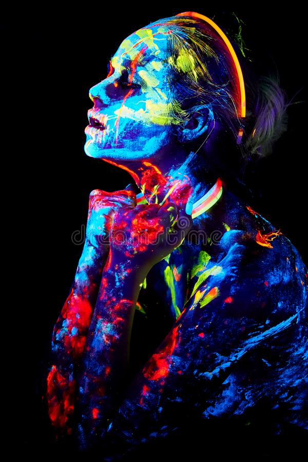 UV målning för kroppkonst av helloween den kvinnliga afrikanska krigaren arkivfoto