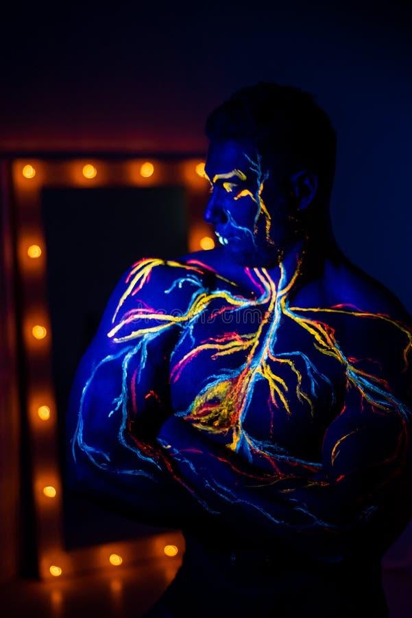 UV transforma a parte corporal do sistema circulatório no corpo do homem No tronco de um atleta muscular, veias e artérias são de fotos de stock royalty free