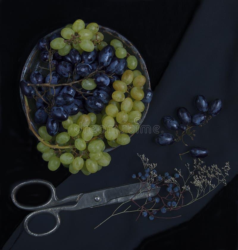 Uva azul y verde en una placa fotos de archivo libres de regalías