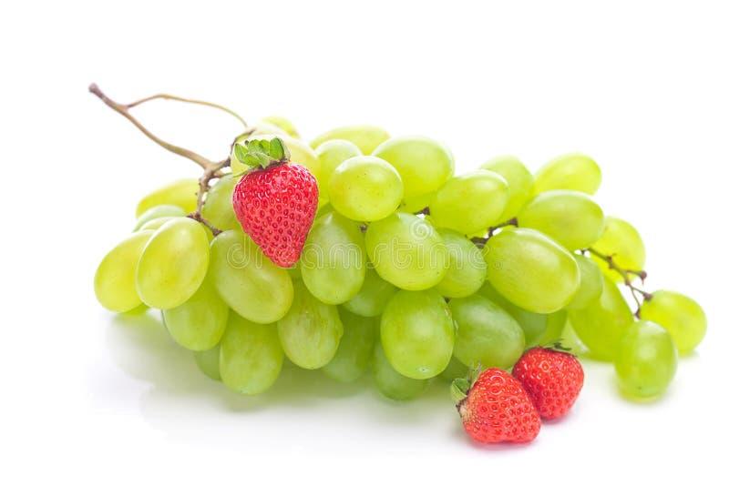 Uva bianca e fragole fotografia stock libera da diritti