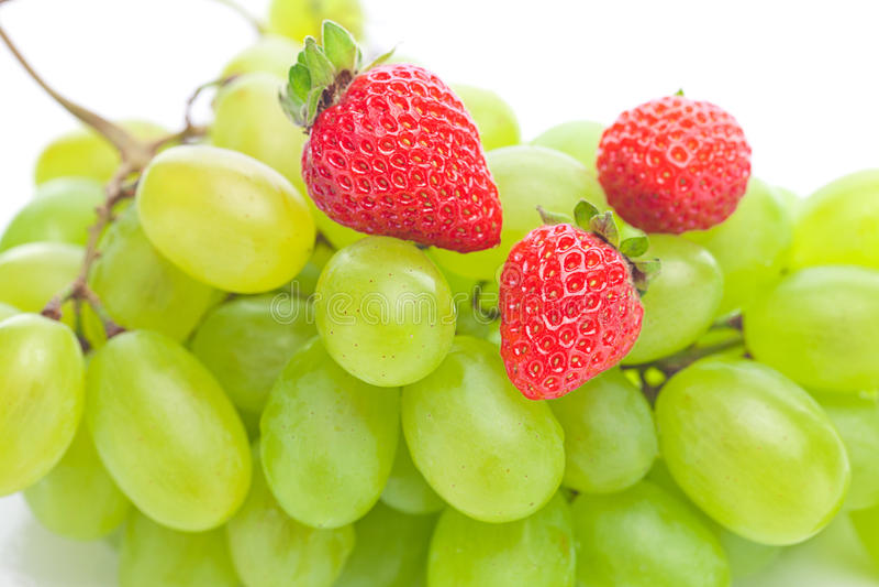 Uva bianca e fragole isolate su bianco immagine stock libera da diritti