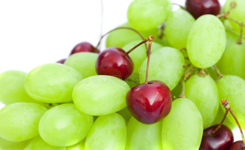 Uva e ciliege isolate su bianco fotografia stock libera da diritti