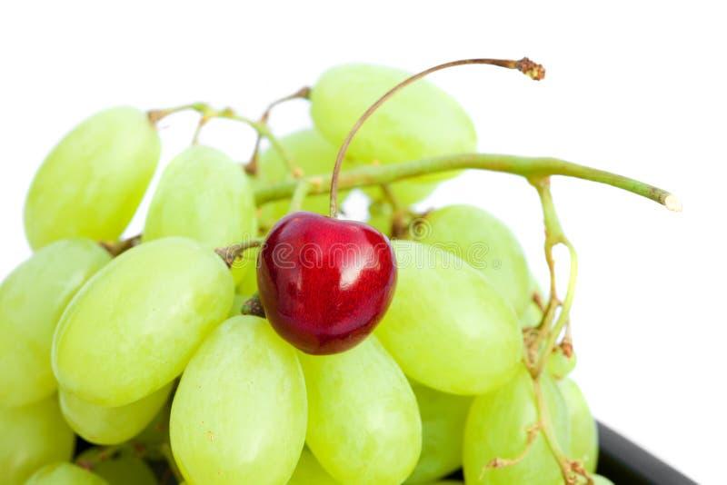 Uva e ciliege isolate su bianco fotografia stock