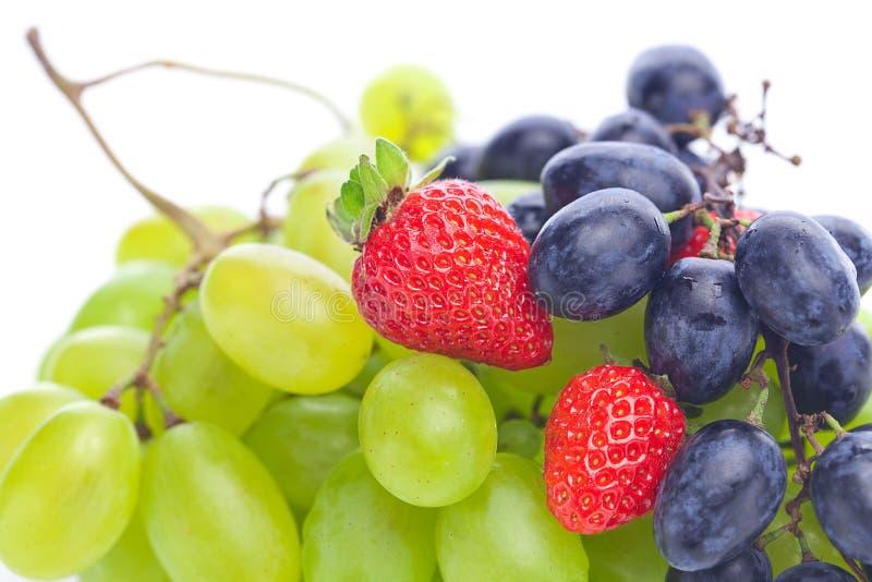 Uva e fragole bianche e nere fotografie stock libere da diritti