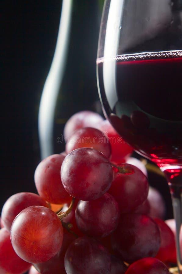 Uva e vidro com vinho tinto imagens de stock royalty free