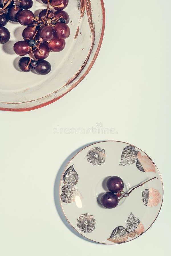 Uva fresca in piatto fotografia stock libera da diritti