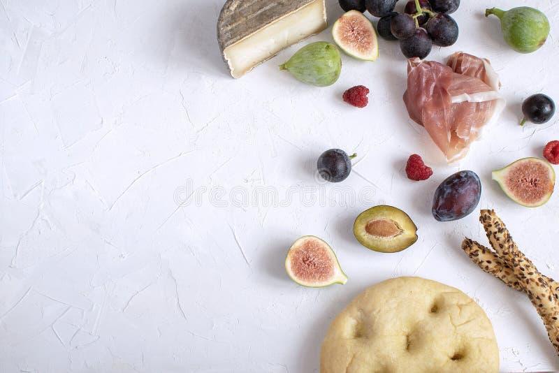 Uva italiana Plum Raspberry del fico dell'aperitivo del vino di disposizione piana fotografia stock