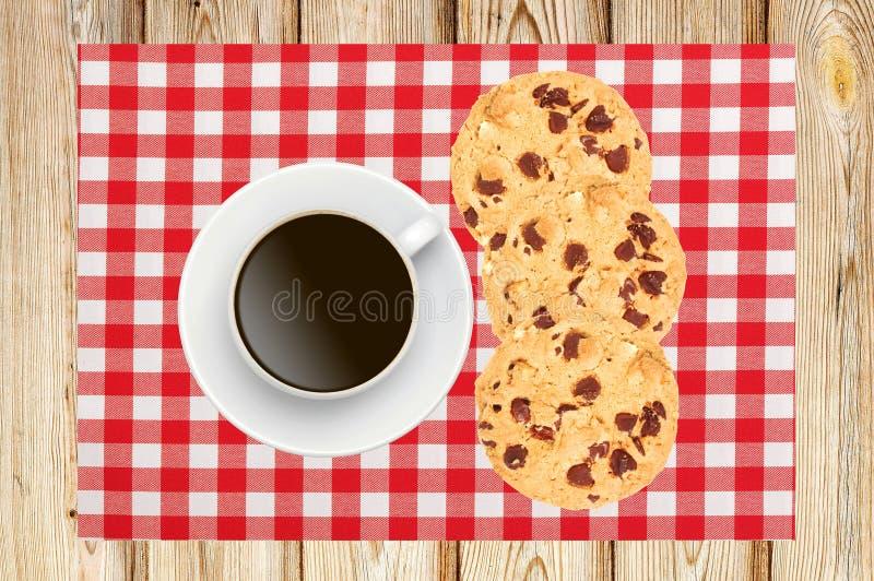 Uva passa e dolce di cioccolato deliziosi con la tazza di caffè sul napki fotografia stock