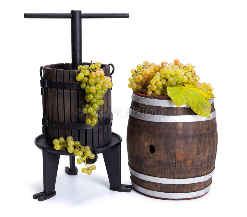 Uva que pressiona o utensílio e o tambor com uvas brancas imagem de stock