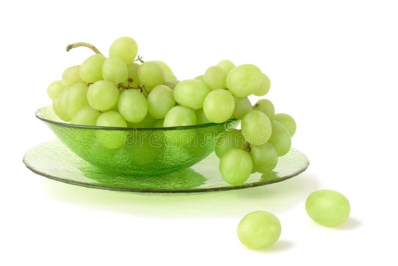 Uva verde em um backgrond branco imagens de stock
