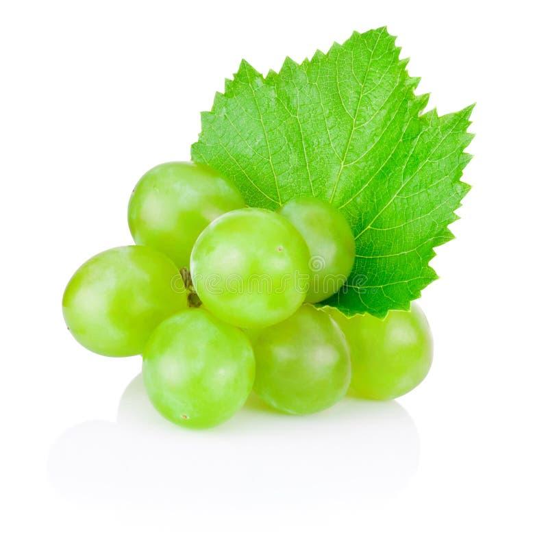 Uva verde fresca con la foglia isolata su fondo bianco fotografie stock
