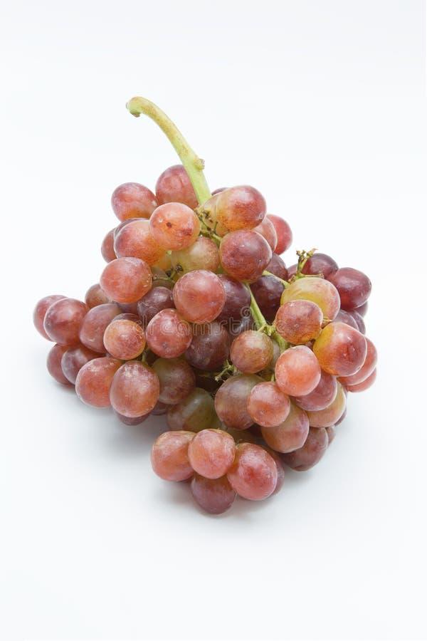 Uva vermelha madura Grupo cor-de-rosa isolado no branco fotos de stock