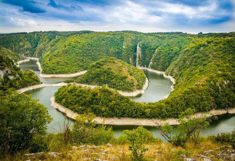 Uvac-Fluss schlängelt sich nahe Sjenica lizenzfreies stockbild