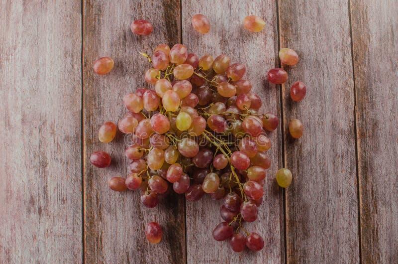 Uvas azules con la consumición sana de la hoja verde, aislado fotos de archivo