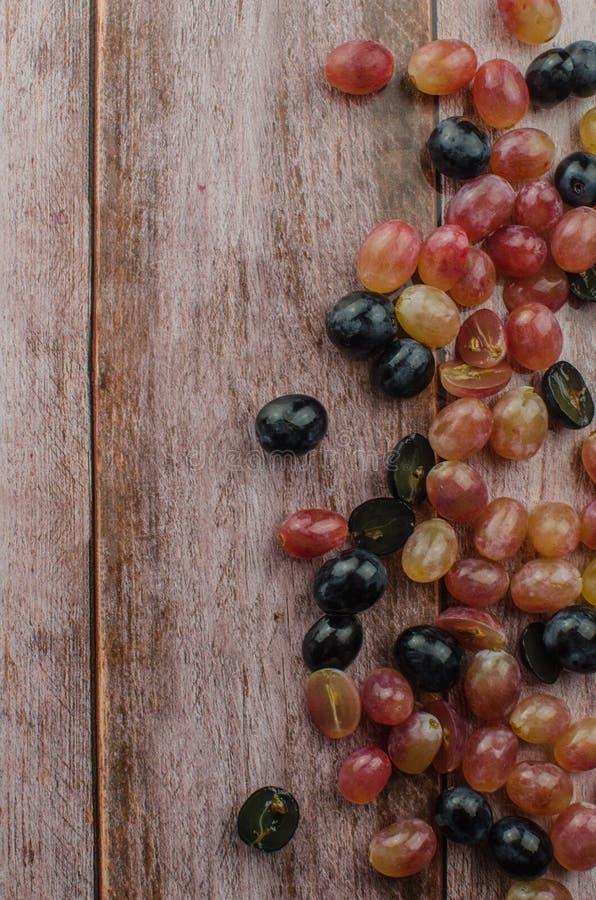 Uvas azules con la consumición sana de la hoja verde, aislado fotografía de archivo