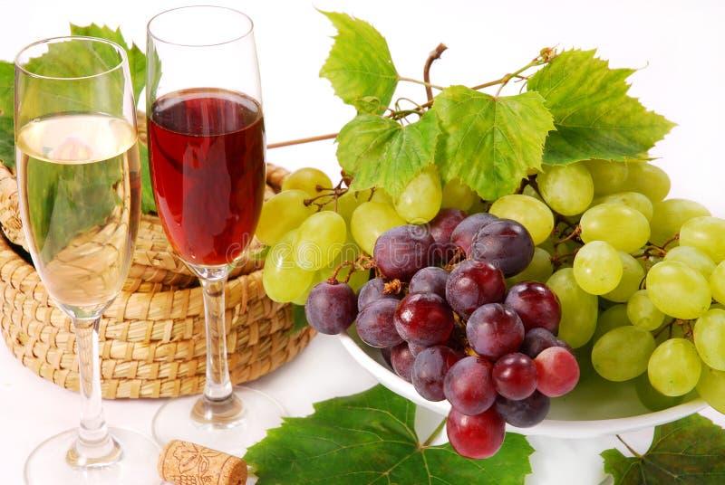Uvas blancas y rojas y vino fotos de archivo
