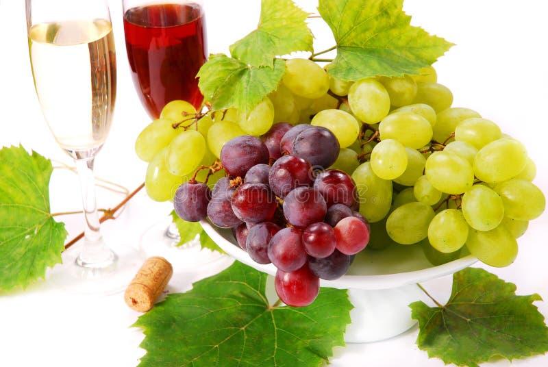 Uvas blancas y rojas y vino imagen de archivo libre de regalías