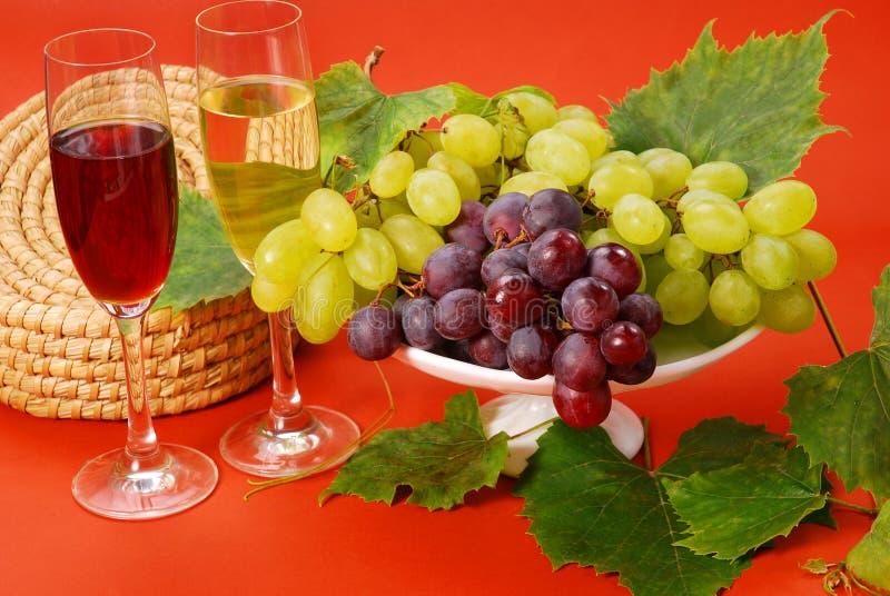 Uvas blancas y rojas y vino foto de archivo libre de regalías