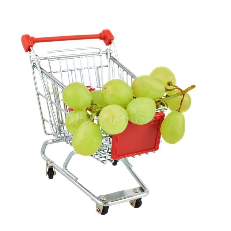 Uvas brancas em um carro do transporte imagem de stock