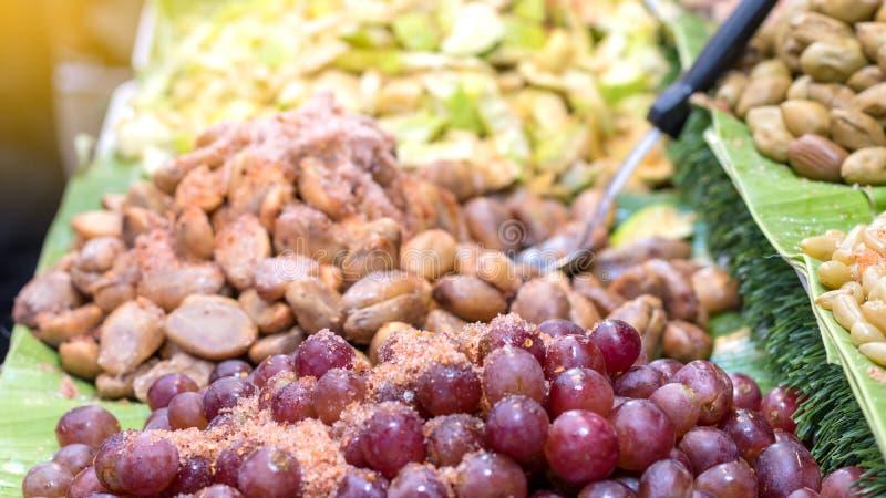 Uvas del primer asperjadas con el chile, sal fotografía de archivo