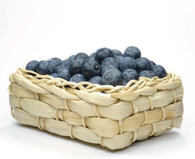 Uvas-do-monte em uma cesta da palha foto de stock royalty free